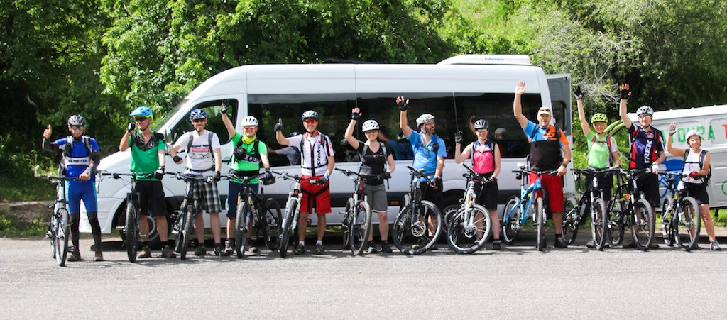 Gruppe vor Bus Mountainbike